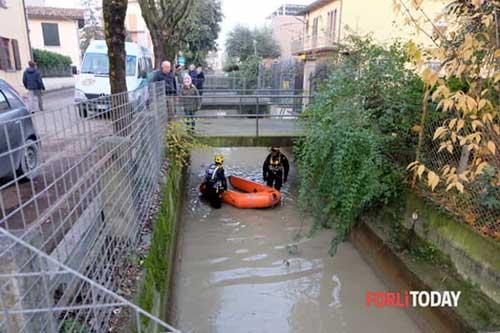 Squadra soccorso sub nel canale