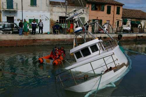 Sub in azione con barca semi affondata